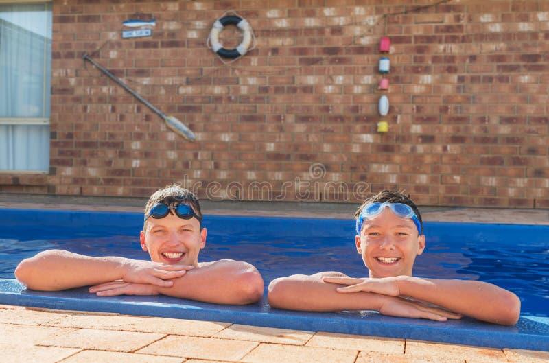 Två unga simmare arkivbilder