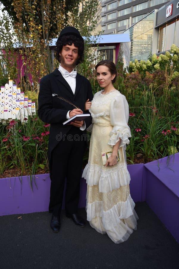 Två unga skådespelare poserar för foto Beröm för årsdag för Moskvastadsdag 871. royaltyfri fotografi