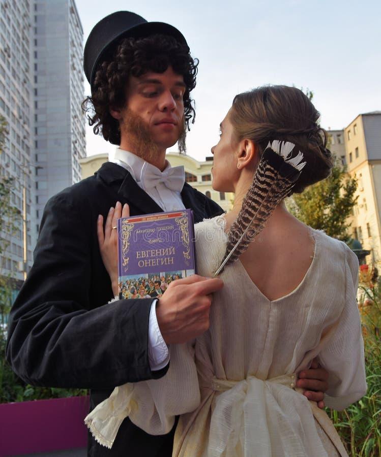 Två unga skådespelare poserar för foto Beröm för årsdag för Moskvastadsdag 871. royaltyfri bild