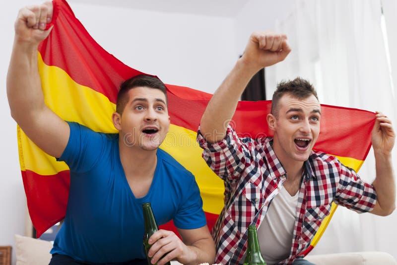 Två unga spanska fotbollsfan royaltyfri foto