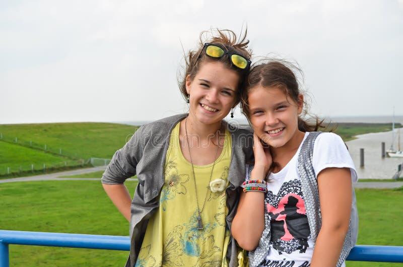 Två unga systrar royaltyfri bild