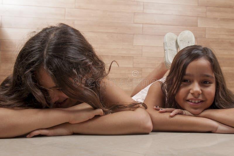 Två unga vänner arkivfoton