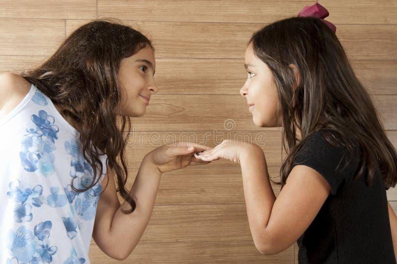 Två unga vänner arkivbilder