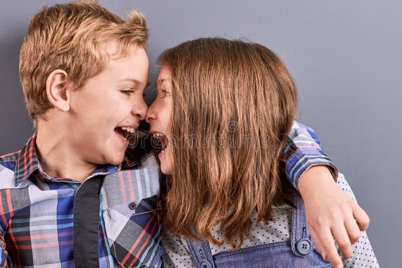 Två ungar som kramar och trycker på med näsor arkivfoto