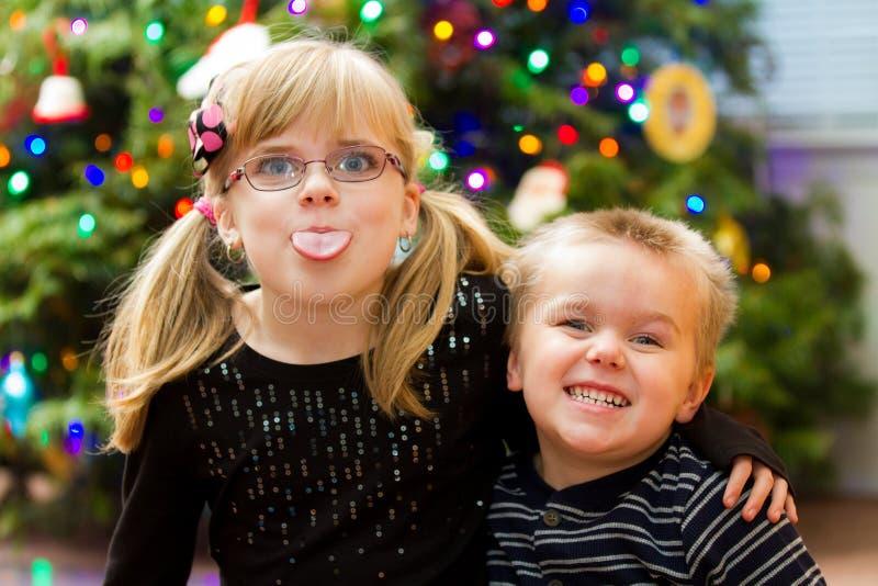 Två ungar som tycker om jul arkivbild