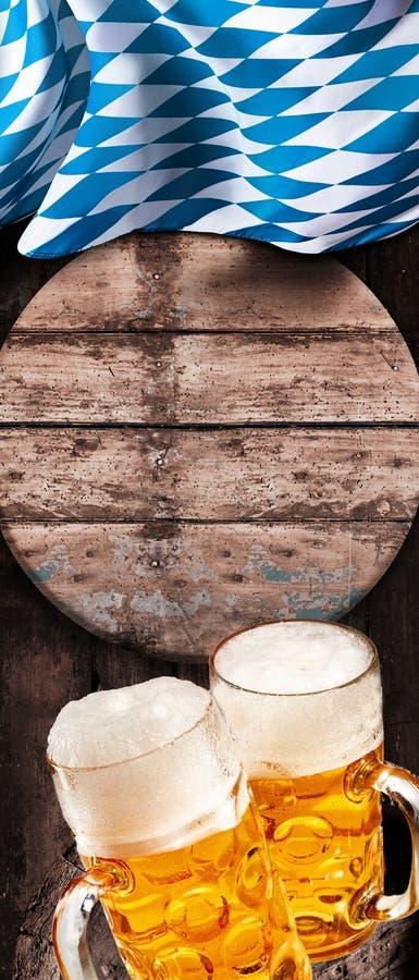 Två uppfriskande sejdlar av kallt skummigt öl arkivbilder