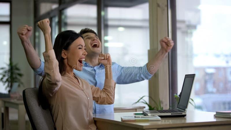 Två upphetsade kollegor som ja visar gesten, lyckad start, affärsprojekt royaltyfri bild