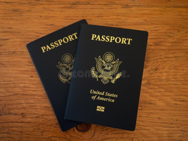 Två USA-pass på en trätabell royaltyfria bilder