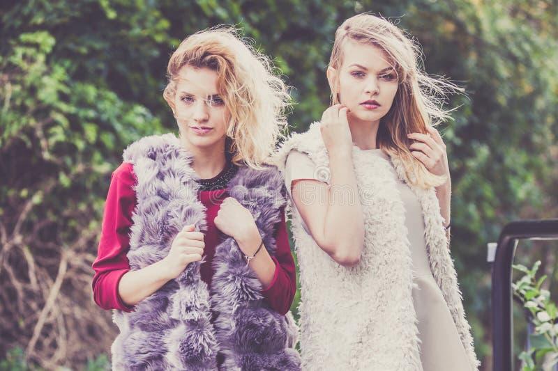 Två utomhus- trendiga kvinnor royaltyfri fotografi