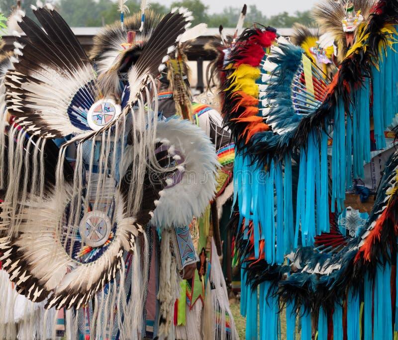 Två utsmyckade dansare för indian på en Pow överraskar bakifrån royaltyfri foto