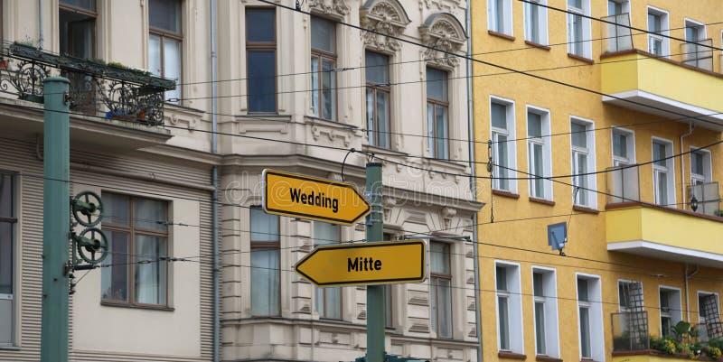 två vägmärken med pilen och indikeringarna av mest im arkivfoto