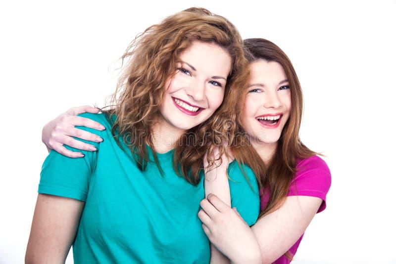 Två vänner för unga kvinnor arkivfoto