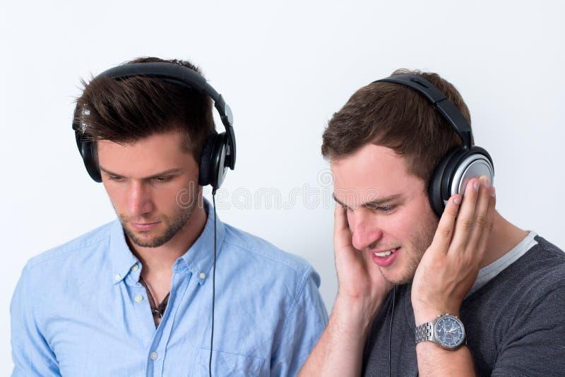 Två vänner som lyssnar till musik arkivfoto