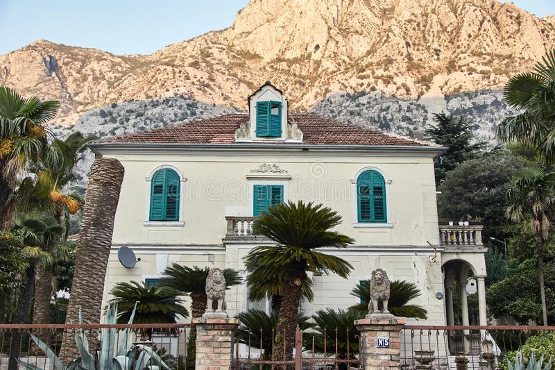 Två-våning hus i Kotor Montenegro _ arkivbild