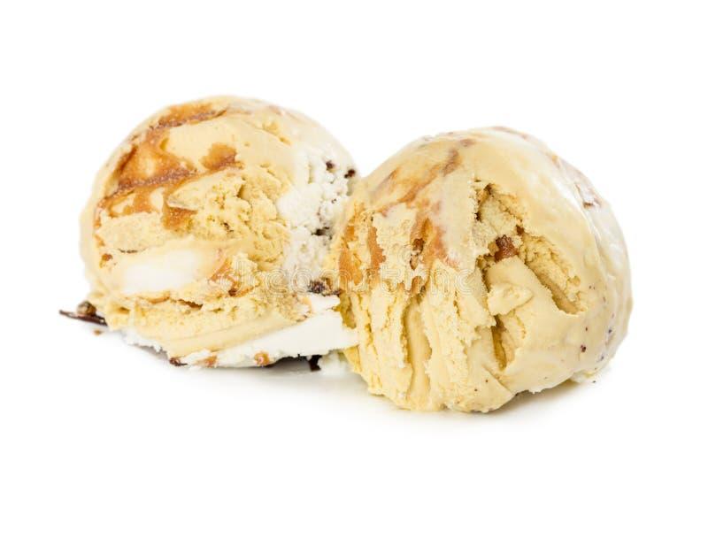 Två vaniljglassbollar med choklad och mjuk karamellisolator arkivfoton