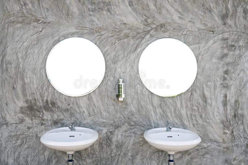 Två vaskar med spegel två royaltyfri foto