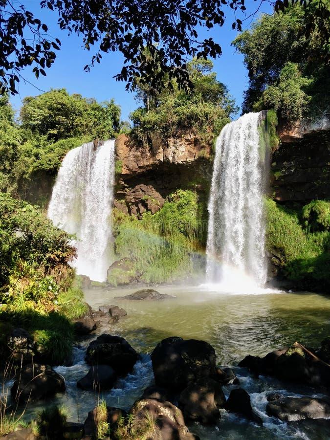 Två vattenfall sid - vid - sidan royaltyfri foto