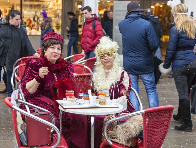 Två Venetian damer - Venedig karneval 2014 arkivfoton