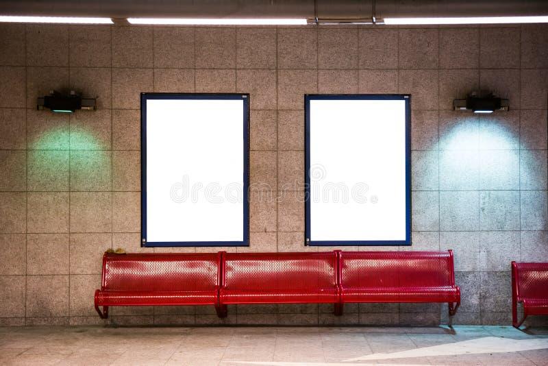 Två vit isolerade annonseringaffischtavlaaffischer på drevet Subw royaltyfri fotografi