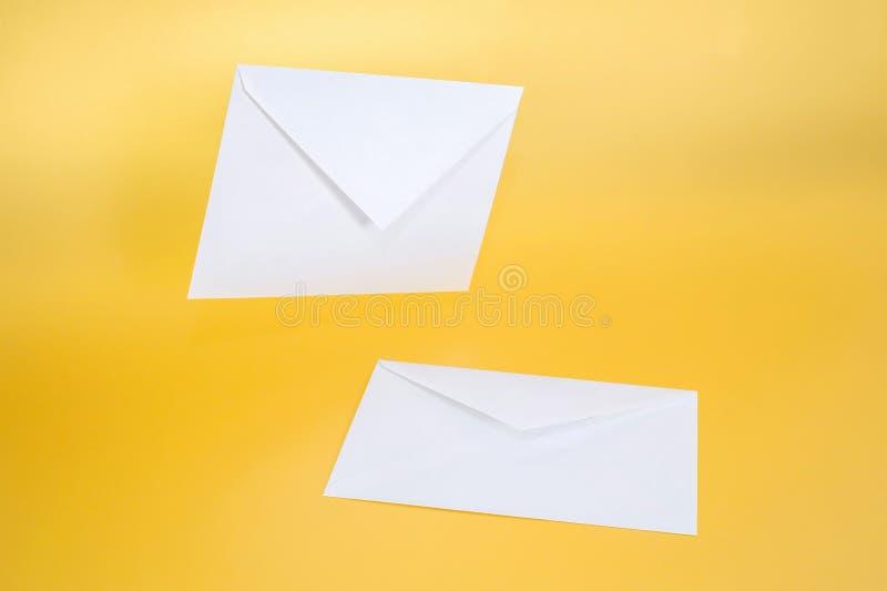 Två vitbokkuvert på en vanlig bakgrund royaltyfri bild