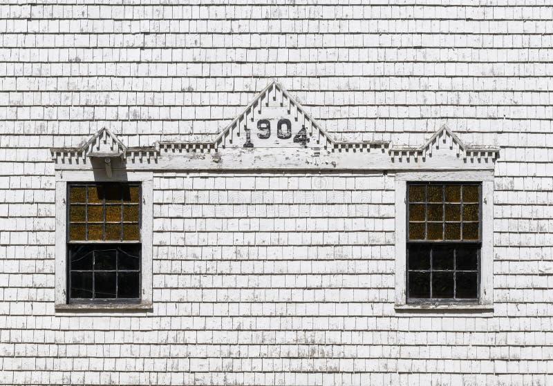 Två Windows på en vit överlappad vägg fotografering för bildbyråer