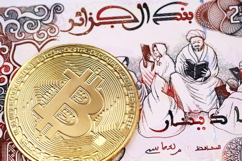 Tvåhundra algeriska dinar stänger sig upp med en guld- fysiska Bitcoin arkivbilder