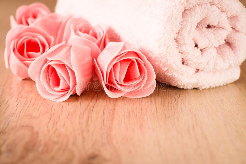 Tvål i form av blommor och en handduk royaltyfri fotografi