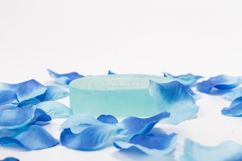 Tvål och blåa kronblad royaltyfria foton