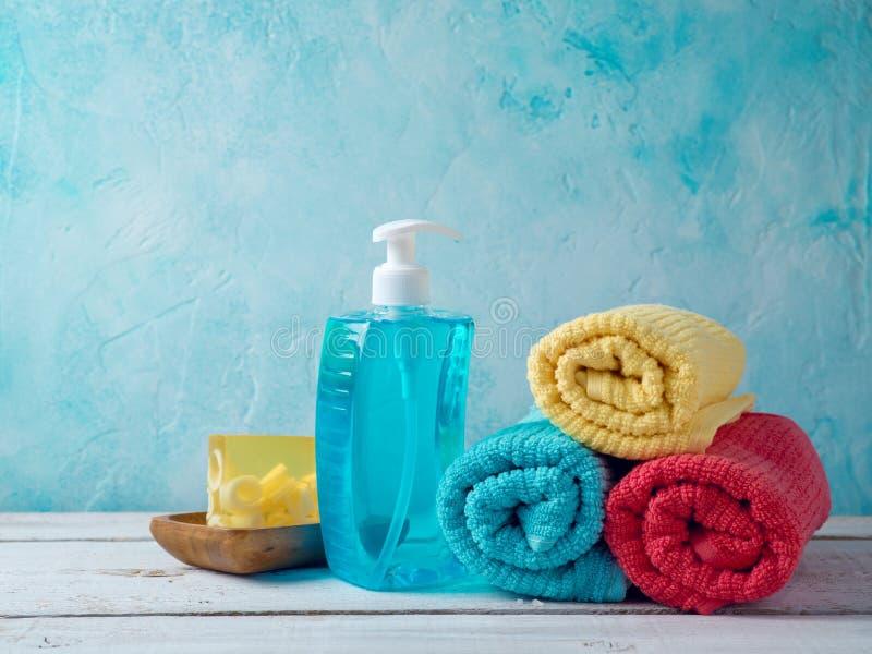 Tvål och rena handdukar royaltyfri fotografi