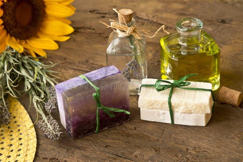 Tvålar oljde oliv- och lavendelblommor royaltyfri foto