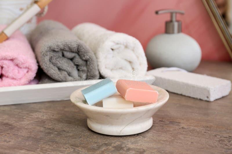 Tvålstänger på tabellen i badrum arkivbild