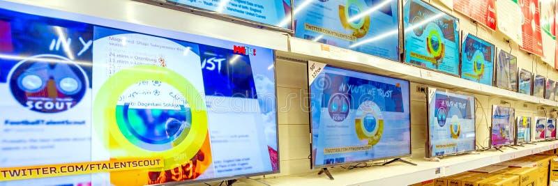 TV à vendre dans un grand supermarché Texte dans le Russe : Auchan, match photos libres de droits