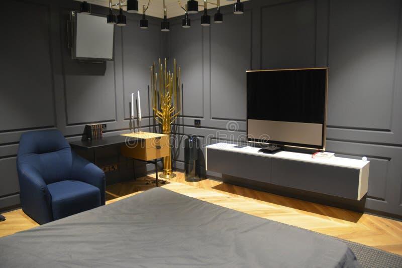 TV εγχώριων θεάτρων Κρεβατοκάμαρα με τη στάση TV πλάσματος στοκ φωτογραφία