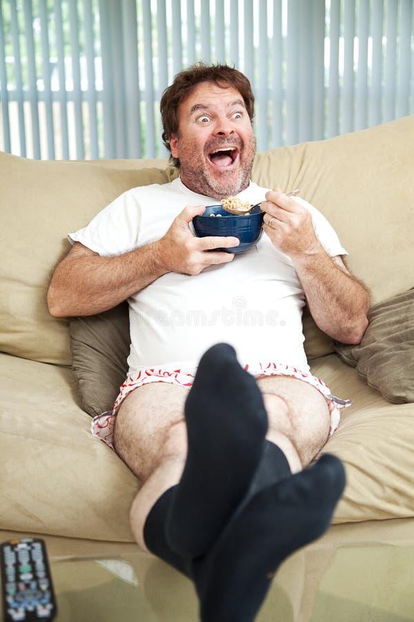 TV προσοχής που τρώει τα δημητριακά στοκ φωτογραφίες με δικαίωμα ελεύθερης χρήσης