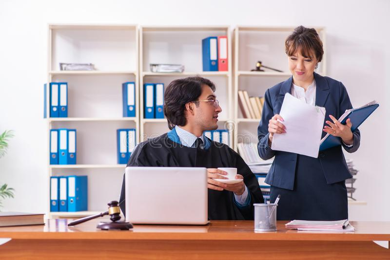 Tv? advokater som arbetar i kontoret arkivfoton