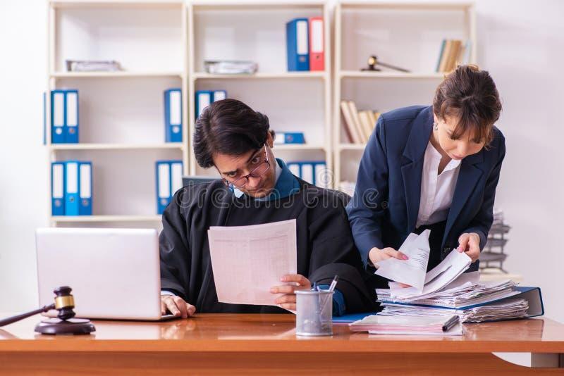 Tv? advokater som arbetar i kontoret arkivbilder