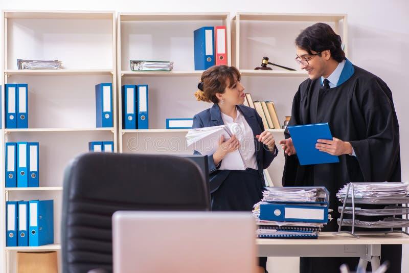 Tv? advokater som arbetar i kontoret royaltyfri fotografi