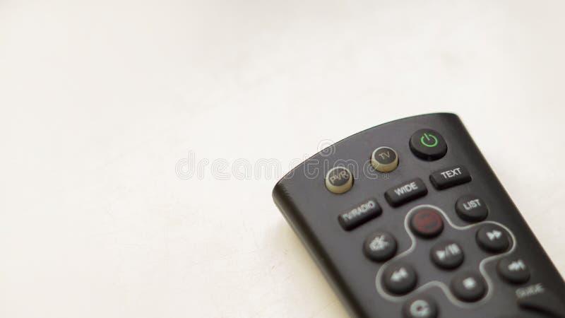TV-afstandsbediening met nadruk aan en uit knoop op een witte backgr stock fotografie