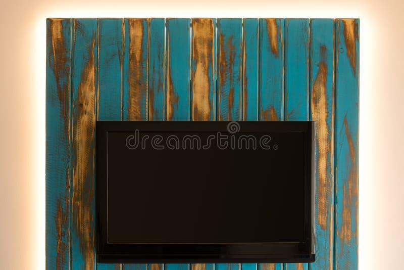 TV avec le mur qui a réussi tout seul de dos de LED images stock