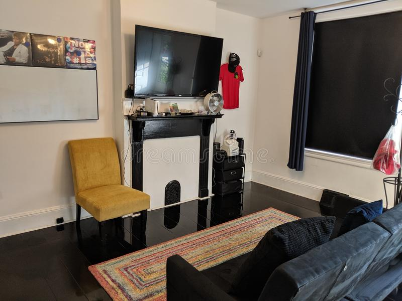 Tv in comfort bekijken royalty-vrije stock foto