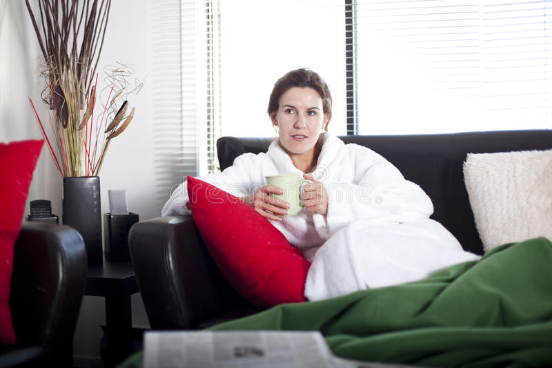 TV de observation à la maison photographie stock