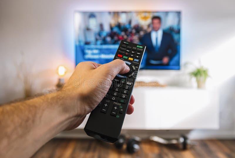 TV de observation et utilisation du contrôleur à distance vlan aux canaux, sho de POV photographie stock