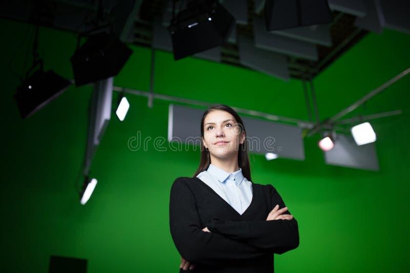 TV-de verslaggever van het weernieuws op het werk Nieuwsanker die het rapport van het wereldweer voorleggen De opname van de tele stock afbeeldingen