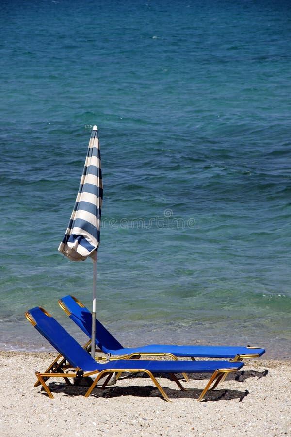 Tv? deckchairs p? stranden royaltyfri foto