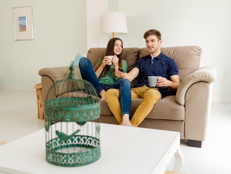 TV di sorveglianza e caffè bevente immagini stock libere da diritti