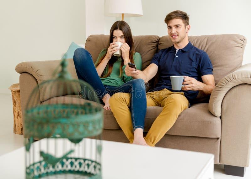 TV di sorveglianza e caffè bevente fotografie stock