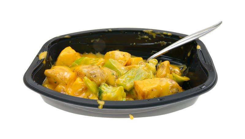 TV-diner van broccoli en aardappels in kaassaus royalty-vrije stock foto's