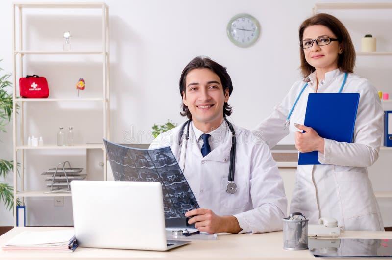 Tv? doktorer som arbetar i kliniken royaltyfria foton