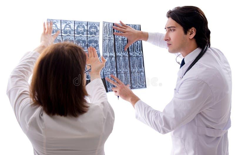 Tv? doktorer som arbetar i kliniken royaltyfri bild