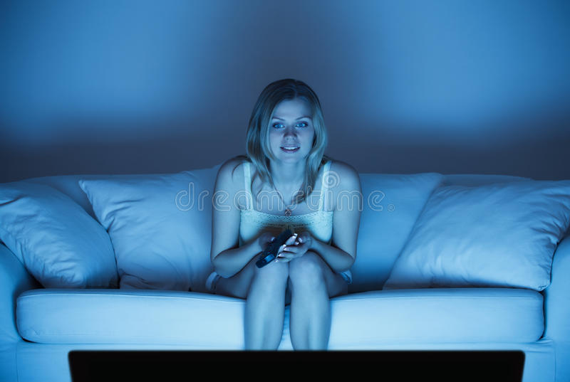 Download Tv dopatrywania kobieta zdjęcie stock. Obraz złożonej z błękitny - 19695380